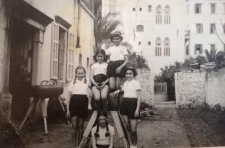 Berta (auf dem Boden sitzend) in der deutschen Schule in Beirut.1938